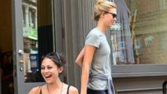 VIDEO: Girl Poses for Supermodel Karlie Kloss Paparazzi Stakeout