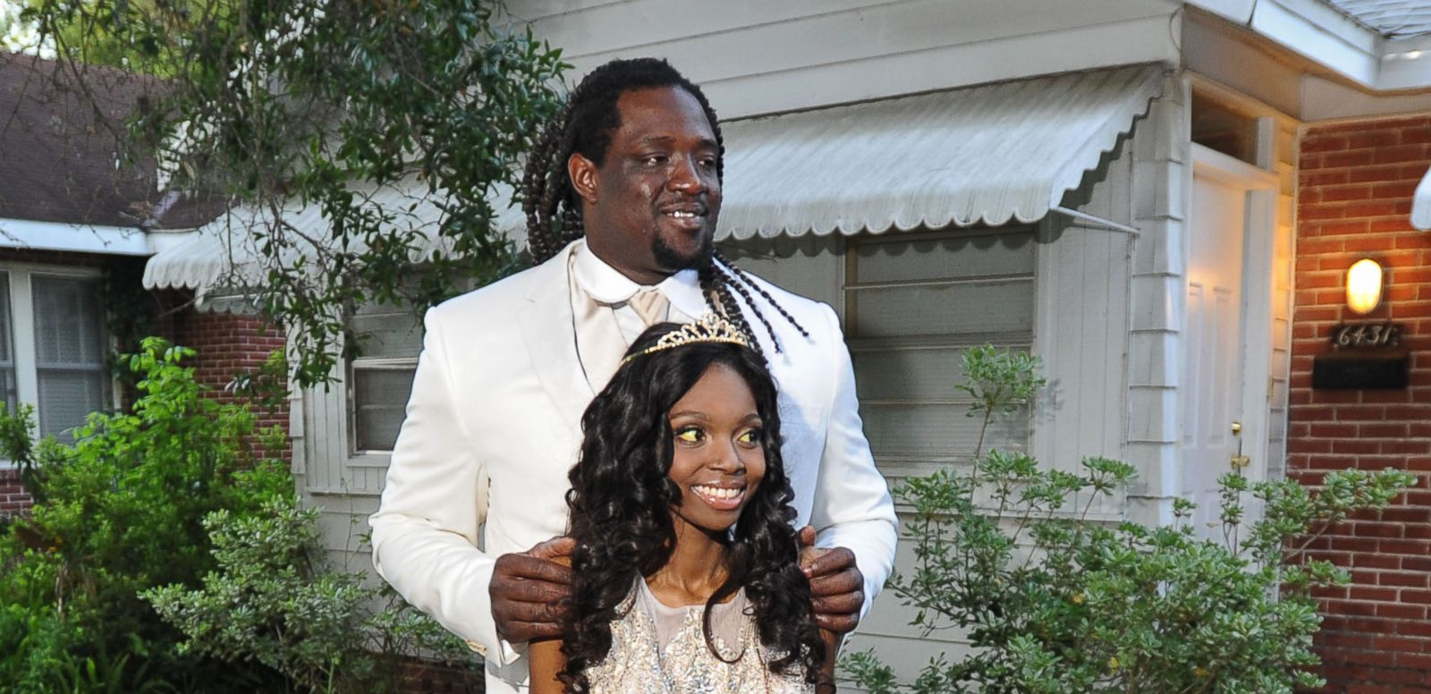 VIDEO: Jacksonville Jaguars player Sen'Derrick Marks took 18-year-old Khamayea Jennings to her senior prom, thanks to a non-profit that set up the date.