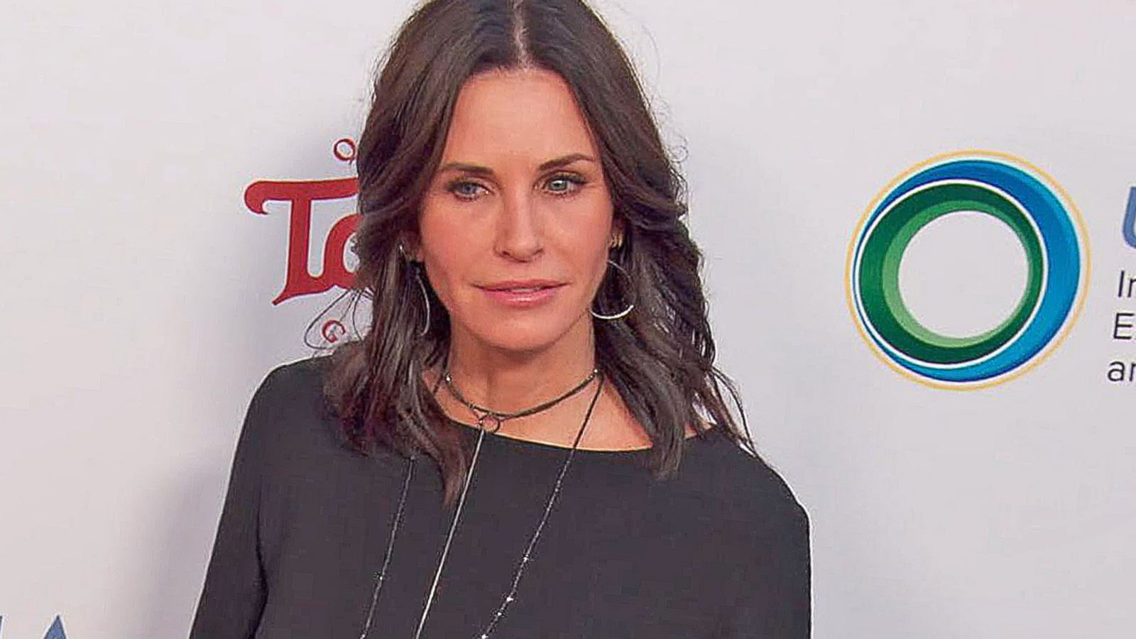 VIDEO: Courtney Cox Discusses Struggles With Hollywood's Beauty Standards