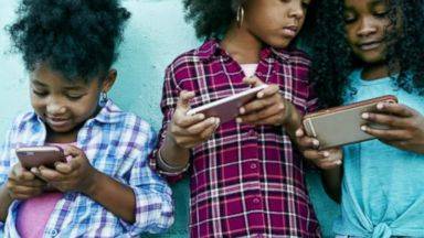 'VIDEO: Movement calls on parents not to give their children smartphones until 8th grade' from the web at 'http://a.abcnews.com/images/GMA/171115_gma_faris5_0718_16x9_384.jpg'