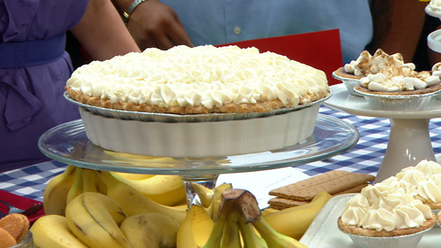 "PHOTO: Elizabeth Karmel whips up a banana cream pie for ""Good Morning America."""