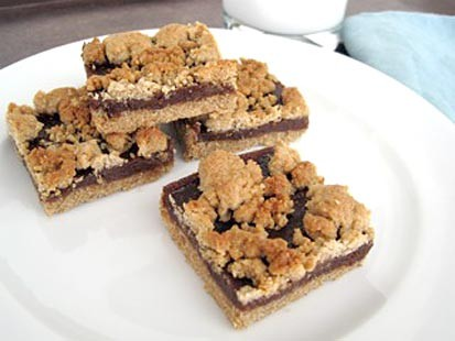 Chef Amy Green whips up a gluten-free fig and date bar.