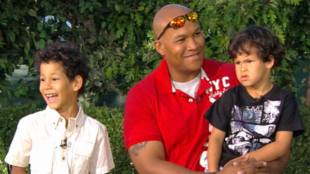 PHOTO: Army Staff Sgt. Eddie Peoples, with his two young sons, discusses his heroic deed of stopping a bank robbery with Good Morning Americas George Stephanopoulos.
