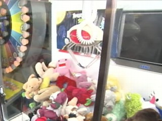 Watch: Classic Arcade Crane Game Rigged?
