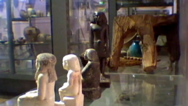 VIDEO: Mysterious Egyptian statue appeared to rotate away from tourists for an 11-hour period.