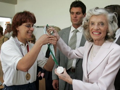 VIDEO: Eunice Kennedy Shriver handing out a silver medal.