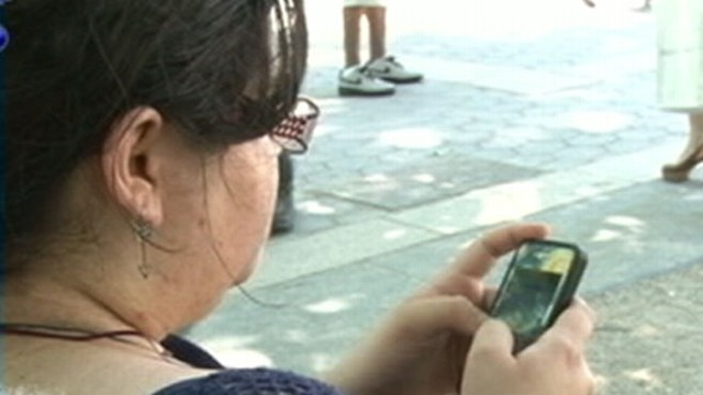 VIDEO: Find out what has Super Bowl fans dropping their cell phones