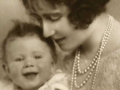VIDEO: Queen Elizabeths baby pictures are made public.