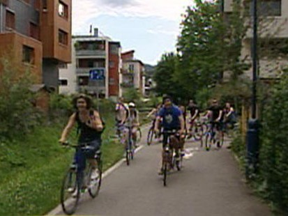 VIDEO: Eco-friendly town bans cars, and residents live in carbon-neutral homes.