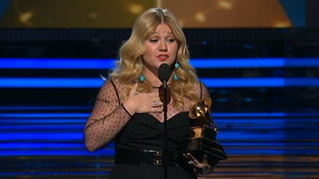 VIDEO: Kelly Clarkson's embrace with Miranda Lambert led to a lock of outfits at the Grammy Awards.