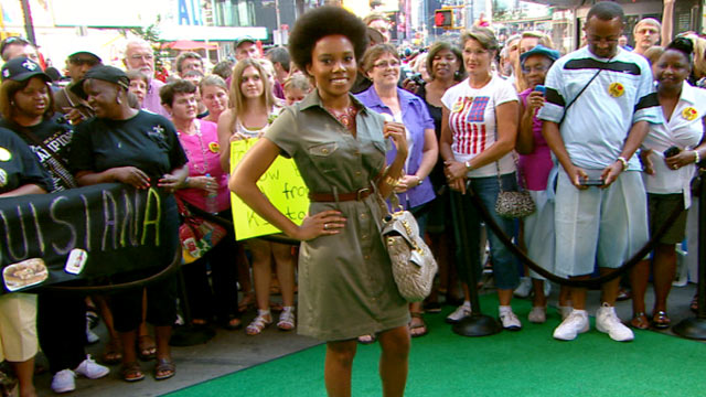 PHOTO: Tracey Lomrantz from Glamour magazine talks this summer's hottest trend; the shirt dress, with Robin Roberts on 'Good Morning America.'