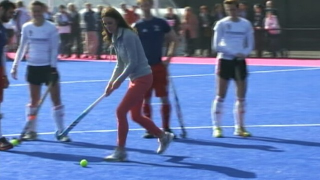 VIDEO: Kate Middleton visits with British Olympic womens field hockey team.