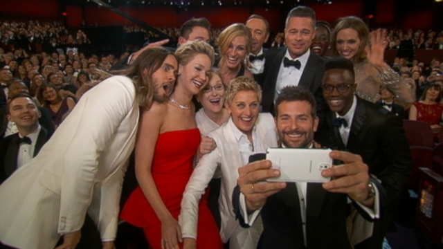 VIDEO: Ellen DeGeneres takes a selfie with Meryl Streeo at Oscars.