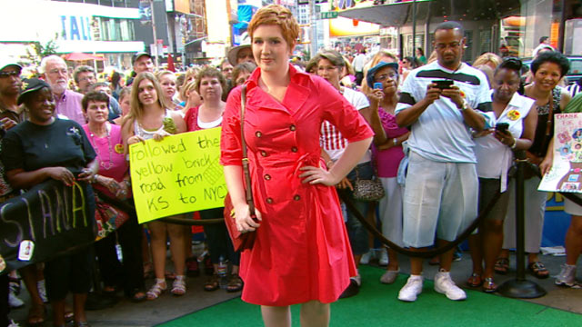 PHOTO:Tracey Lomrantz from Glamour magazine talks this summer's hottest trend; the shirt dress, with Robin Roberts on 'Good Morning America.'