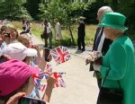 VIDEO: The queen tells schoolchildren she wants the baby to arrive because she?s going on holiday.