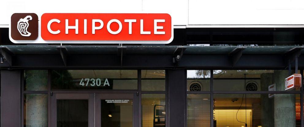 PHOTO: A pedestrian walks past a closed Chipotle restaurant in Seattle, Nov. 2, 2015.