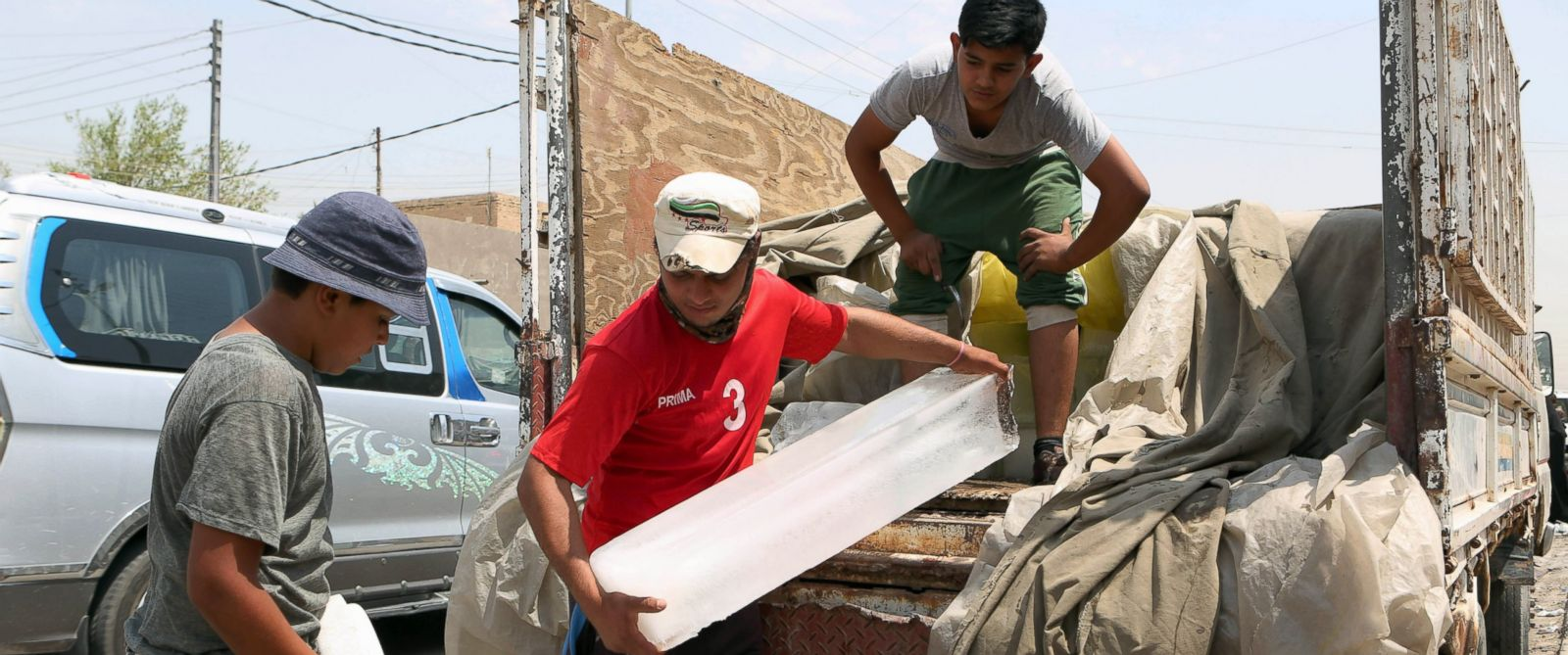 PHOTO: People buy blocks of ice in Basra, southeast of Baghdad, Iraq, July 30, 2015 due to the unprecedented heat wave.