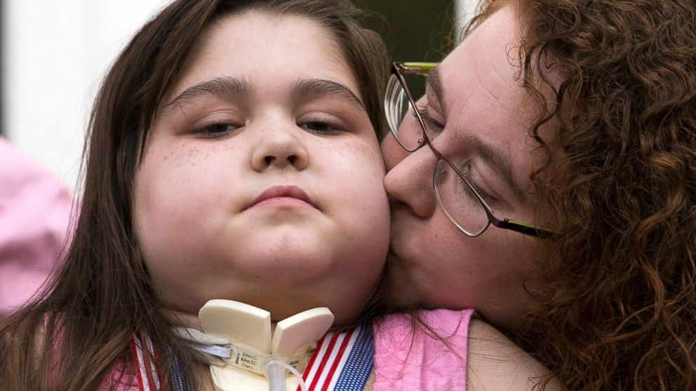 PHOTO: Sarah Murnaghan receives a kiss from her mother Janet during a news conference