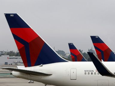 PHOTO: A Delta Air Lines Inc. sits on the tarmac at Los Angeles International Airport in Los Angeles