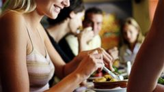PHOTO: Here are some ways to eat out with friends and not gain the pounds.