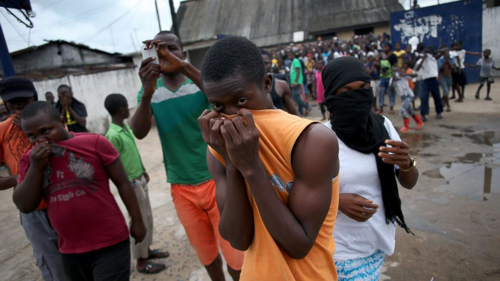 PHOTO: A mob overruns an Ebola isolation center in the West Point slum on August 16,