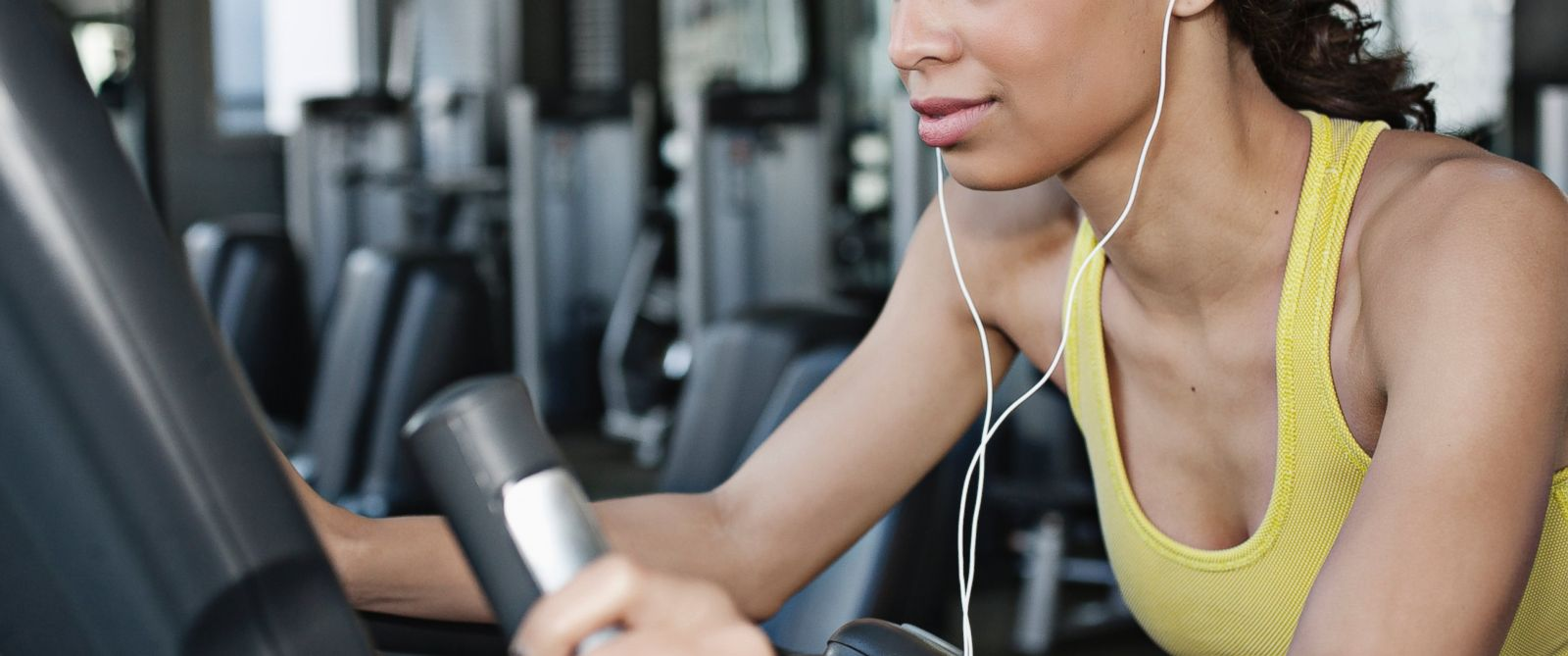 PHOTO: A woman listens to music as she exercieses at the gym.