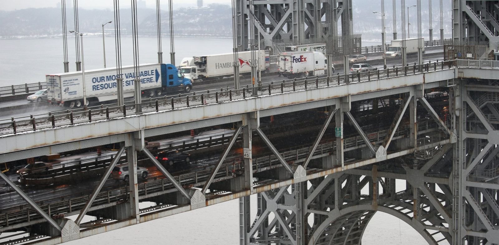 PHOTO: Traffic moves over the Hudson River and across the double-decked George Washington Bridge, Dec. 17, 2013 in Ft. Lee, N.J.