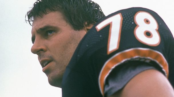 PHOTO: Keith Van Horne #78 of the Chicago Bears looks on during a game in the 1985 season at Soldier Field in Chicago, Ill.