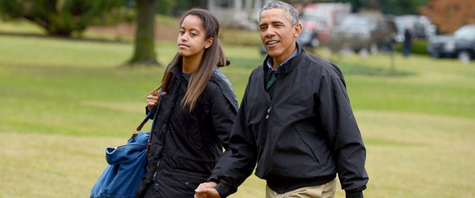 PHOTO: President Barack Obama and daughter Malia make their way across the South Lawn upon returning to the White House, Jan. 4, 2015.