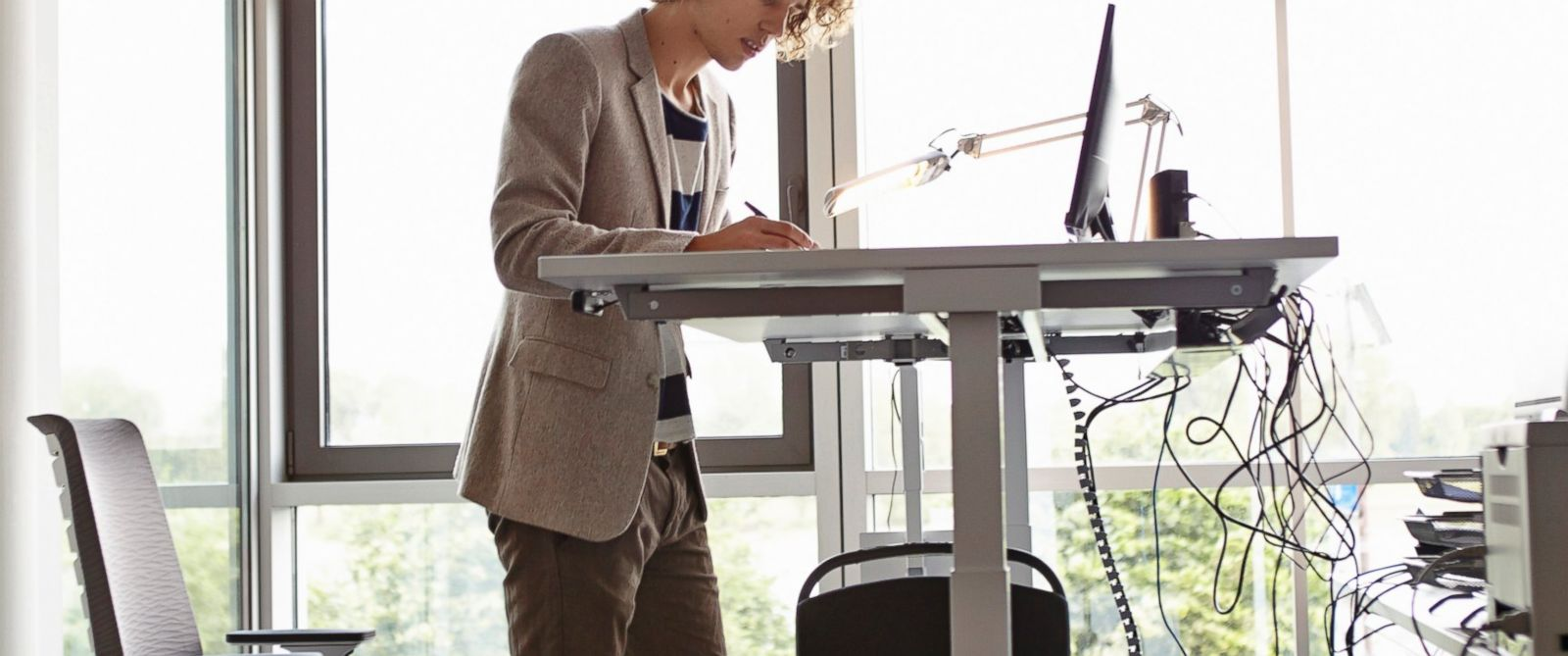 PHOTO: A medical review looked at how convertible standing desks affected health.
