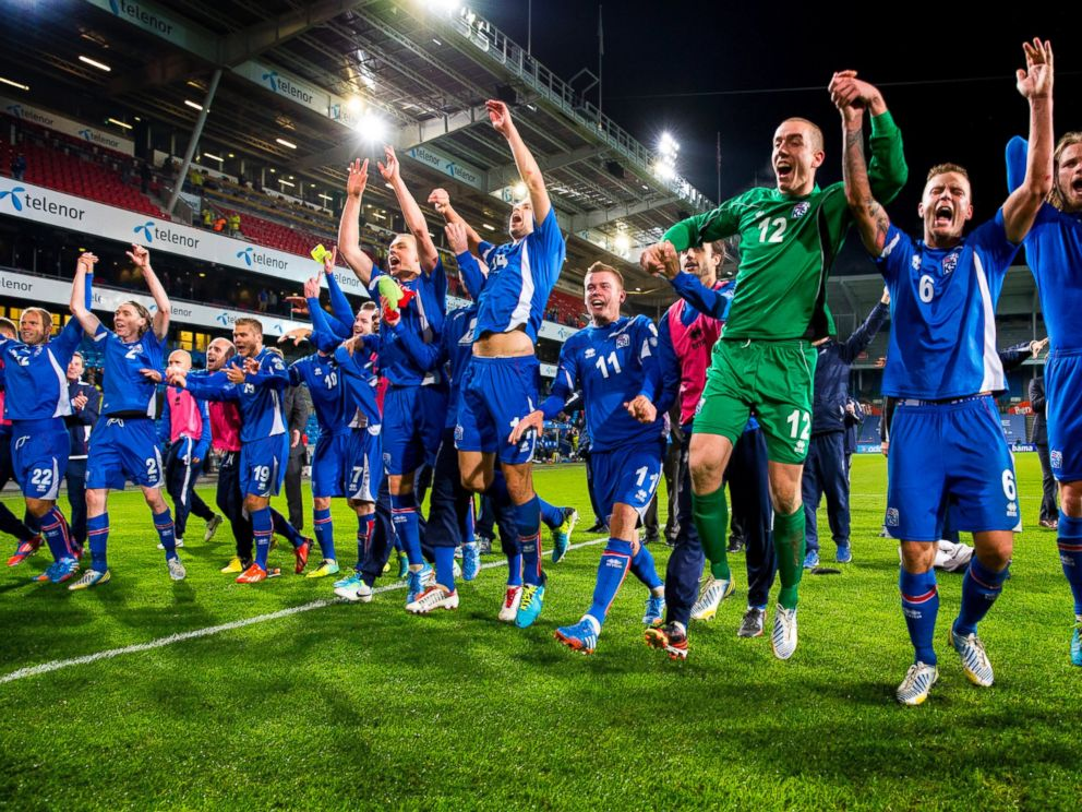 PHOTO: Icelands team celebrates after the FIFA World Cup 2014 group E qualifying football match between Norway and Iceland in Oslo, Norway, October 15, 2013.