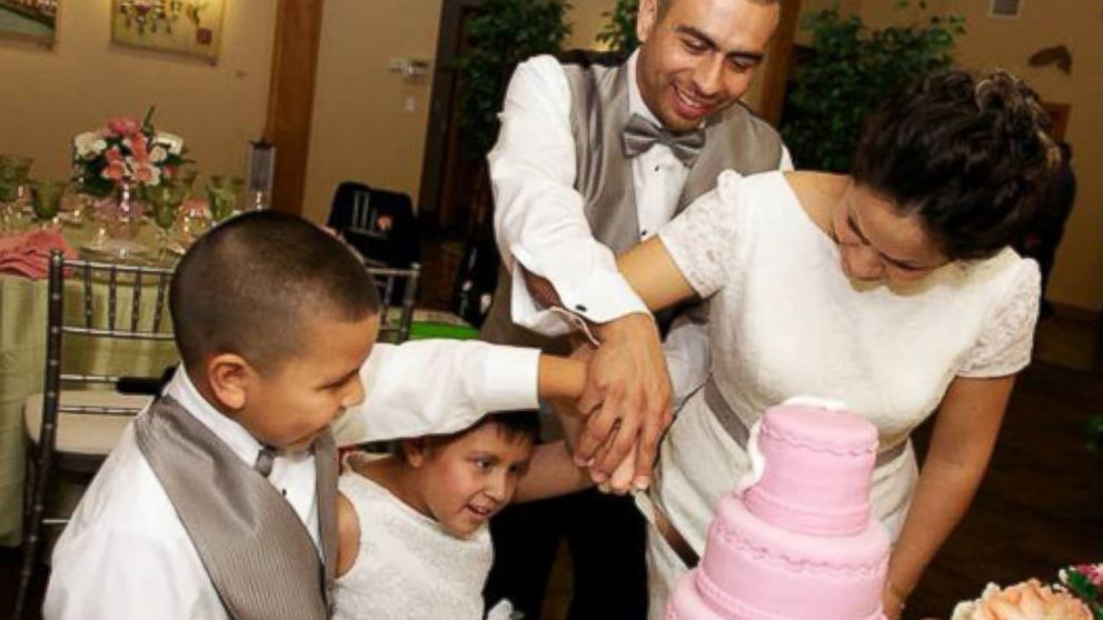 PHOTO: Miranda wanted a pink cake with white bows for the wedding.