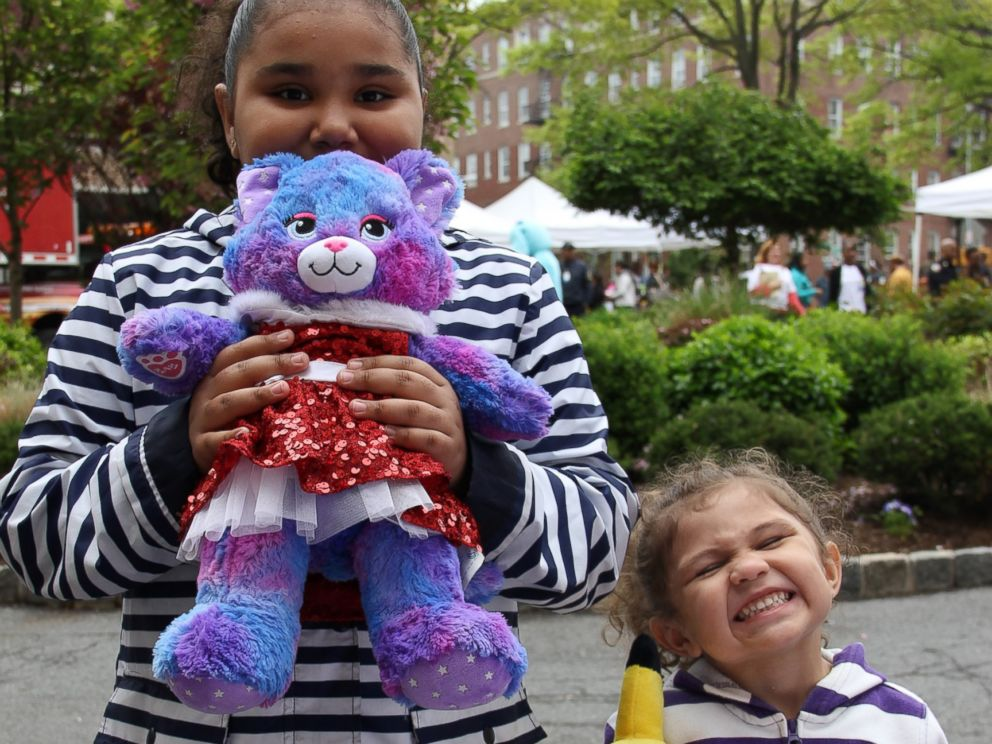 PHOTO: Jaelyn, 8, and Ariana, 3, with their recovered bears.