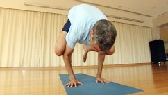 PHOTO: Dr. Richard Besser does the crow yoga pose to prove you don?t have to be flexible to do yoga.