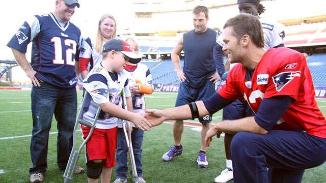 PHOTO: Tom Brady shakes Caleb Seymour's hand