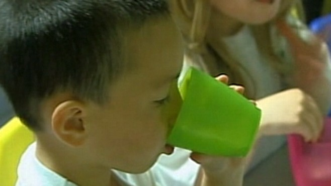 Video: Proposal to ban childrens drink with artificial sweeteners at day-care centers.