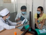 PHOTO: Doctors talk with patients at Pham Ngoc Thach hospital, which is a partner of Global Fund to fight tuberculosis, on Oct. 11, 2011.