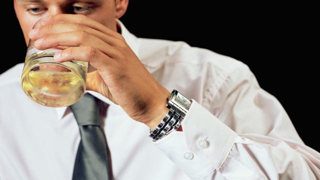 PHOTO: A new study found that men who drink after a heart attack lowers risk of death.