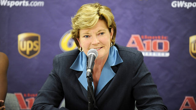 PHOTO: Head coach Pat Summitt of the Tennessee Volunteers talks at a press conference after the game against the George Washington Colonials December 2, 2008 at the Smith Center in Washington D.C.