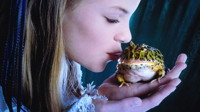 PHOTO: Princess kissing frog