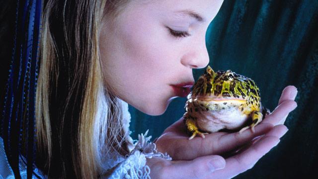 PHOTO: Princess kissing frog