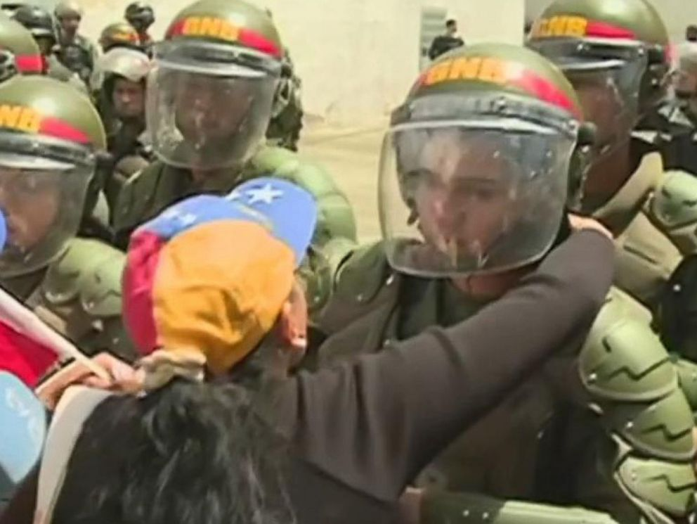 VIDEO: Venezuelan mothers mark Mother's Day by asking soldiers to stop defending Maduro's government