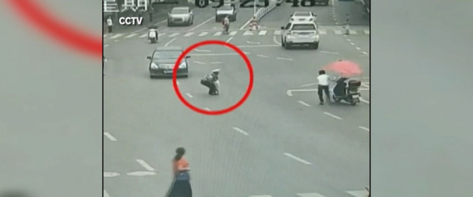 A police officer in China risks his life to save a toddler running in the middle of the road, avoiding a possibly fatal accident.