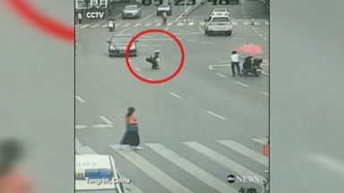 Toddler rescued from oncoming cars in China