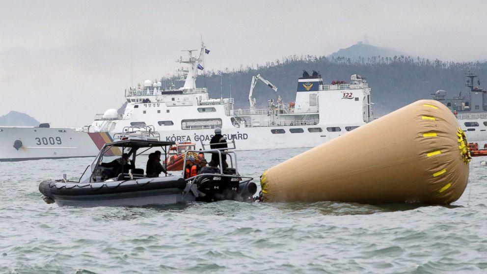 Chiếc phà chìm hẳn xuống biển sâu ra khỏi tầm mắtbuộc lực lượng cứu hộ phải dùng túi khíđểđánh dấu vị trí,