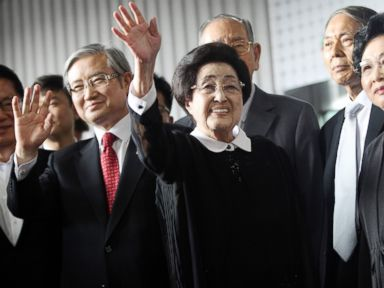 PHOTO: Lee Hee-ho, center, the wife of late former South Korean President Kim Dae-jung, waves as she arrives at Gimpo Airport in Seoul, South Korea, to leave for North Korea, Aug. 5, 2015.
