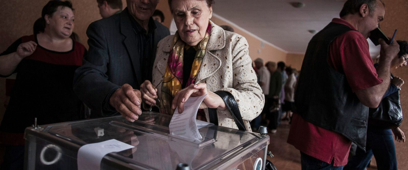 PHOTO: A Ukrainian woman casts her vote at a polling station in the Budennovskiy district, outskirts of Donetsk, Ukraine, Sunday, May 11, 2014.