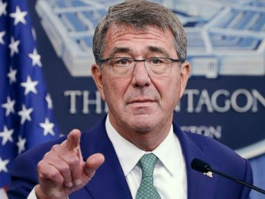 PHOTO: Defense Secretary Ash Carter calls on a reporter during a joint news conference with Indian Defense Minister Manohar Parrikar at the Pentagon, Aug. 29, 2016.