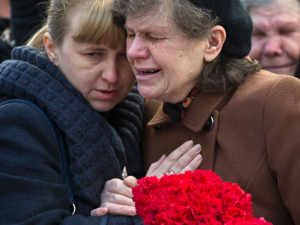 PHOTO: Relatives of Ukrainian soldier Sergey Kokurin, 35, during his funeral in Simferopol, Crimea, Saturday, March 22, 2014.