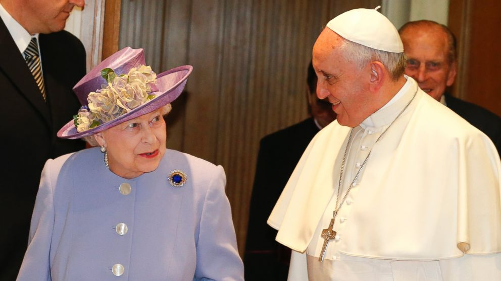 PHOTO: Britains Queen Elizabeth II and Pope Francis meet at the Vatican on April 3, 2014.